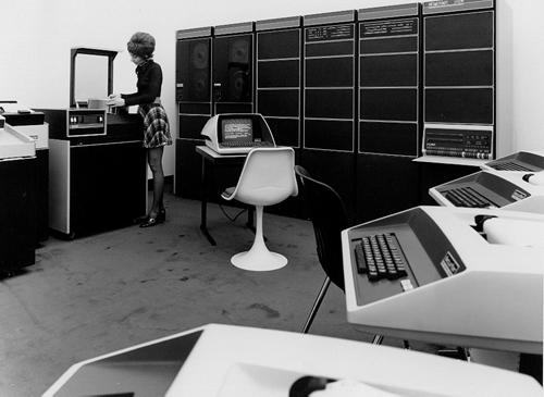 operator changing disk pack on dec pdp 11 timesharing system 102630694 computer history museum. Black Bedroom Furniture Sets. Home Design Ideas